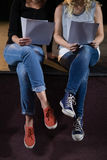 Acteurs lisant leurs manuscrits sur l'étape dans le théâtre image stock