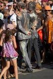 Acteurs modifiés marchant dans la foule Photos stock