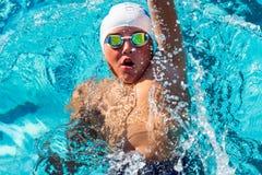Actie vanaf bovenkant van jongen het zwemmen rugslag wordt geschoten die Royalty-vrije Stock Fotografie