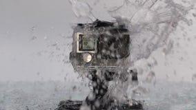 Actiecamera bespat met water stock footage