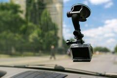 Actiecamera met zuiging GLB op het venster van het autowindscherm royalty-vrije stock foto's