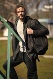 Actief concept Actieve mens met rugzak openlucht Actieve en gezonde levensstijl Zo actief aangezien u durft te zijn stock afbeelding