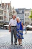 Actief hoger paar die in Europa reizen Stock Foto