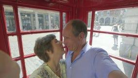 Actief hoger toeristenpaar die selfies op een smartphone nemen stock videobeelden