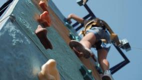 Actief jong meisje op avonturenpark, opleiding het beklimmen Kind om moeilijke sectie van een hinderniscursus over te gaan actief stock videobeelden