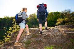 Actief jong paar die in het bos op lichte de zomerdag reizen Stock Afbeelding