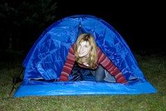 Actief meisje in de blauwe tent Royalty-vrije Stock Afbeeldingen