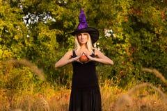 Actief meisje in Halloween-kostuum het praktizeren yoga Royalty-vrije Stock Foto