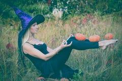 Actief meisje in heksenkostuum het praktizeren yoga Stock Afbeelding