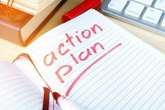 Actieplan in een nota wordt geschreven die royalty-vrije stock fotografie