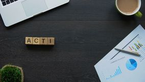 Actieplanuitdrukking van kubussen, lijst wordt gemaakt van acties om doelstellingen, motivatie te bereiken die stock videobeelden