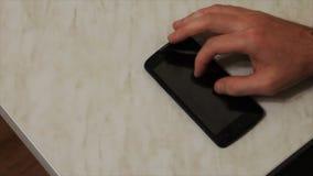 Acties met vingers op de telefoon stock video