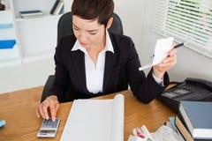 Actieve accountant die ontvangstbewijzen controleert royalty-vrije stock foto