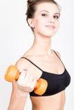 Actieve atletische vrouw met domoren die omhoog spierenbicepsen pompen Het concept van de geschiktheid Stock Afbeeldingen