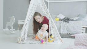 Actieve baby die uit van eigengemaakte hut kruipen stock videobeelden