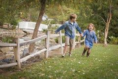 Actieve Broer en Zuster Running Outside Royalty-vrije Stock Afbeelding