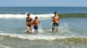 Actieve familie bij strand Stock Foto's