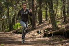 Actieve jogger die in aard lopen Stock Fotografie