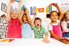 Actieve jonge geitjes in de kleuterschoolklasse Stock Afbeelding
