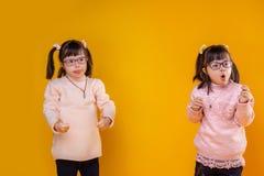 Actieve jonge kinderen met geestelijke wanorde die zelfde kapsel hebben royalty-vrije stock foto's