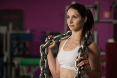 Actieve Jonge sterke sportenvrouw met zware ketting Stock Foto