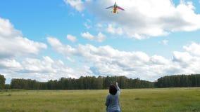 Actieve jonge vrouwen vliegende vlieger openlucht stock videobeelden