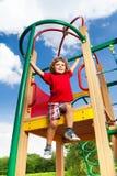 Actieve jongen op speelplaats Stock Fotografie