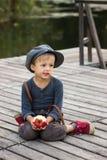 Actieve jongenszitting met appel Royalty-vrije Stock Afbeeldingen