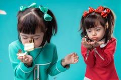 Actieve kleine tweelingen die chromosoomabnormaliteit hebben en prettijden doorbrengen royalty-vrije stock fotografie
