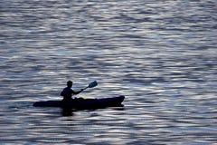 Actieve mensen die - kayaking royalty-vrije stock afbeeldingen