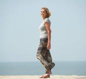 Actieve oudere vrouw die bij het strand lopen Royalty-vrije Stock Afbeeldingen
