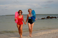 Actieve oudere vrouwen bij strand Stock Afbeeldingen