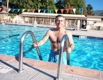 Actieve Oudste in Pool stock foto