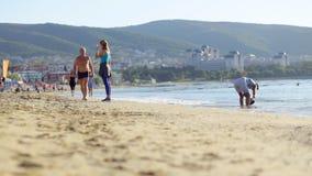 Actieve oudsten die op strand lopen stock footage