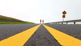 Actieve Paar Leeglopende Weg - Langzame Motie stock videobeelden