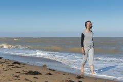 Actieve rijpe vrouw die in het overzees lopen Stock Fotografie