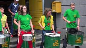 Actieve slagwerkermusici die spelend ritme met hartstocht op openbare gebeurtenis houden van stock footage