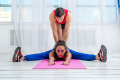 Actieve sportieve vrouw die haar benen en rug uitrekken Royalty-vrije Stock Foto's