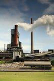 Actieve staalfabrieksmeltoven die golvende giftige dampen uitzenden stock fotografie