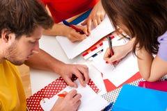 Actieve studenten die een project samen doen stock afbeeldingen