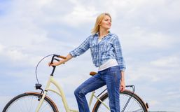 Actieve vrije tijd en gezonde activiteit De kruiser modelfiets van de meisjesrit De vrouw berijdt de achtergrond van de fietsheme royalty-vrije stock foto