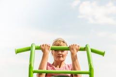 Actieve vrouw die op ladder uitoefenen openlucht stock foto's