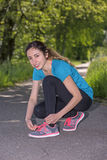 Actieve vrouw die voor jogging voorbereidingen treffen Royalty-vrije Stock Foto's