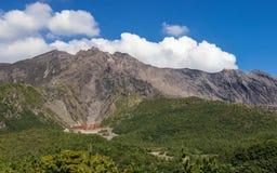 Actieve Vulcan Sakurajima die door groen Landschap wordt behandeld Genomen uit het Yunohiro-Vooruitzicht van de Weergevenplaats G royalty-vrije stock afbeeldingen