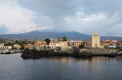 Actieve vulkaan Etna boven de Italiaanse stad Stock Foto's