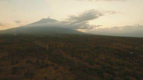 Actieve vulkaan Gunung Agung in Bali, Indonesië stock videobeelden