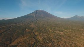 Actieve vulkaan Gunung Agung in Bali, Indonesië stock video