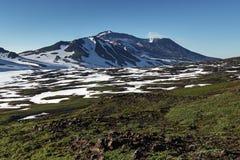 Actieve vulkaan van het Schiereiland van Kamchatka: Mutnovskyvulkaan Royalty-vrije Stock Afbeeldingen