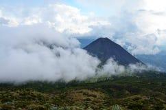 Actieve vulkaan Yzalco die in de wolken wordt behandeld Royalty-vrije Stock Foto's