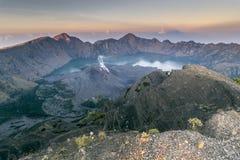 Actieve vulkaan: Zet Rinjani-uitbarsting op Stock Foto's
